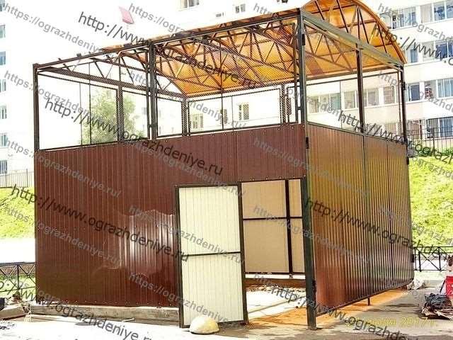 Высокая контейнерная площадка с полукруглой крышей