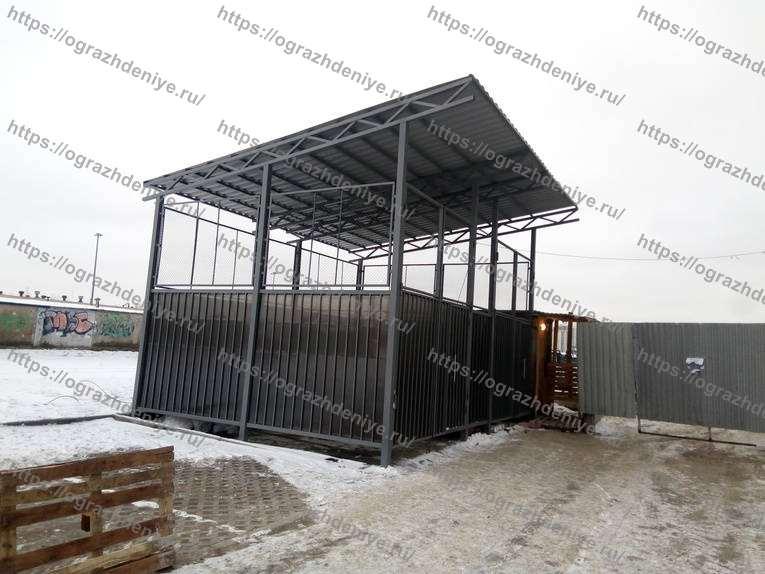 Высокая контейнерная площадка с односкатной крышей